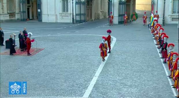 Cerimonia ridotta all'osso per le Guardie Svizzere, un nuovo caso di coronavirus in Vaticano