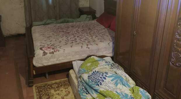 Covid Umbria, «Mio figlio, positivo, a 13 anni dorme in auto per non contagiarci: siamo in 5 in una stanza»