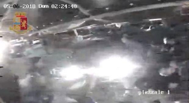 Ufficio Verde Pubblico Salerno : Cacciati dalla discoteca lanciano lauto sui ragazzi in fila