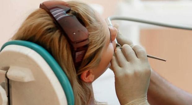 Denti, stop ad otturazioni con l'argento: sono superate e inquinanti