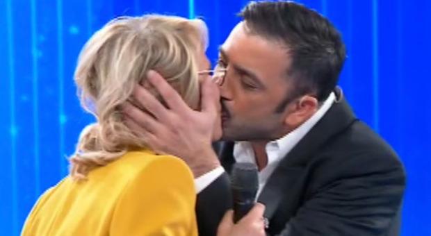 Amici, Pio e Amedeo baciano Maria De Filippi sulle labbra: «Sei una vera amica per noi»
