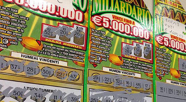 Nonnina spende 100.000 euro in gratta e vinci: li ha spillati a un anziano benestante