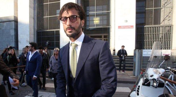 Fabrizio Corona, nuovi guai: festa a casa durante i domiciliari, blitz dei carabinieri