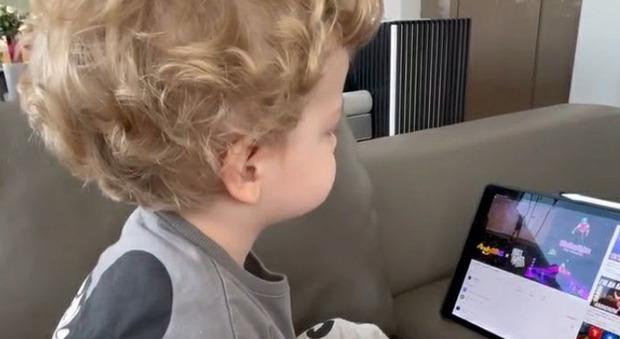"""Chiara Ferragni """"disturba"""" Leone mentre guarda l'iPad, lui s'infuria. La reazione del bimbo spiazza tutti: «Che fa?»"""