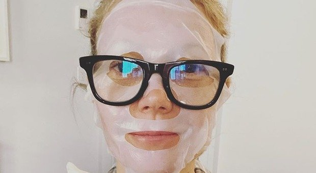 """Ricrescita, pigiama e maschera per il viso: da Elena Santarelli a Gwyneth Paltrow, le vip in quarantena """"al naturale"""""""