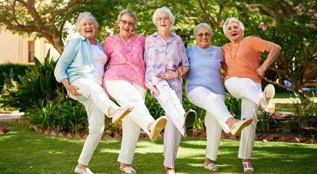 Si diventa anziani dopo i 75 anni: «Aspettativa di vita cresciuta di 20 anni in Italia»
