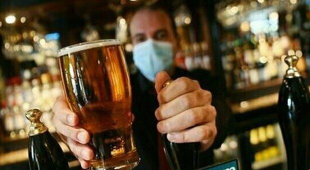 Estate 2021, la birra è la bibita preferita dagli italiani e vero «motore di aggregazione»