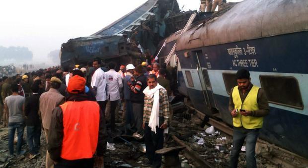 India, deraglia treno passeggeri: almeno 96 morti e 150 feriti