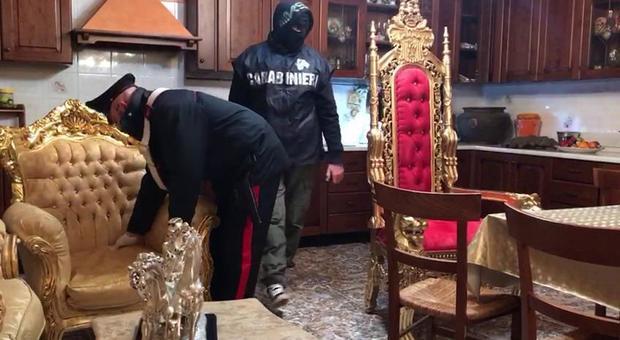 Un'operazione del carabinieri all'interno di una villa degli Spada
