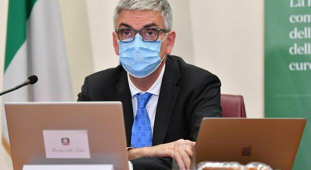 Covid, Brusaferro: «C'è decrescita dei contagi, ma cala l'età media (ora 42 anni). Varianti? Preoccupano»