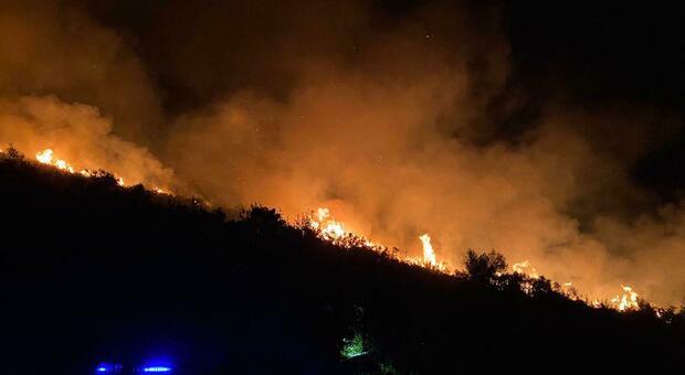 Incendio a Sperlonga, minacciate anche le abitazioni