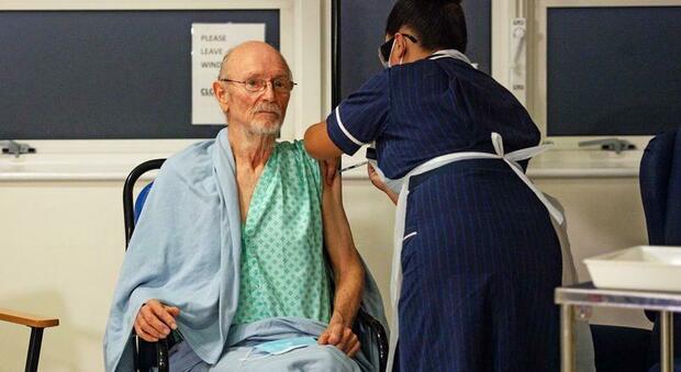 Morto William Shakespeare, aveva 81 anni: è stato il primo uomo a ricevere il vaccino anti-Covid
