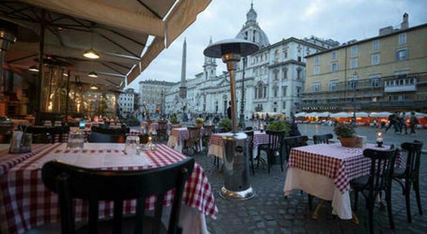 Roma, tavolini all'aperto gratis fino a giugno per ristoranti e locali. Raggi: «Ora l'esenzione del canone per il 2021»