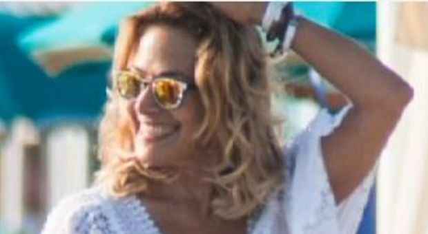 Barbara D'Urso in vacanza: relax, selfie e delizie ai fornelli