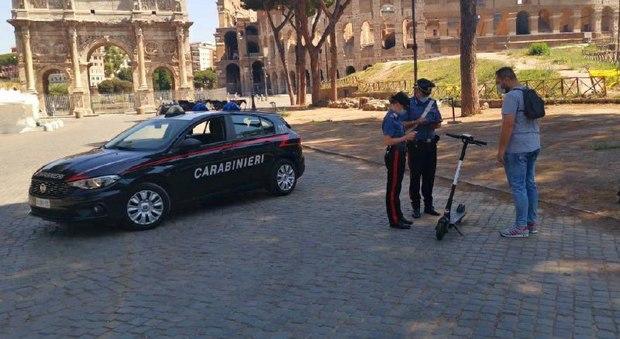 Roma, monopattini elettrici: il 10% li usa senza rispettare le regole. I carabinieri: multe e controlli