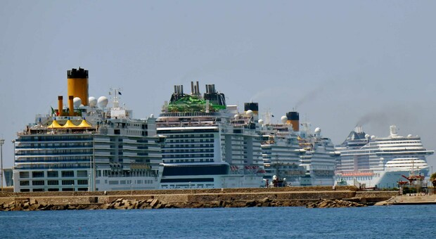 Le navi da crociera ferme in porto a Civitavecchia