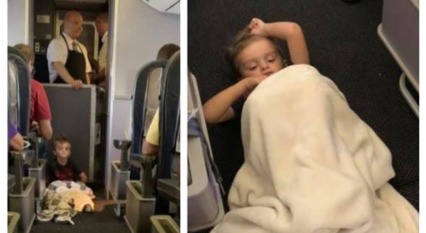 Bimbo autistico non riesce a calmarsi in aereo, la reazione dei passeggeri commuove la sua mamma