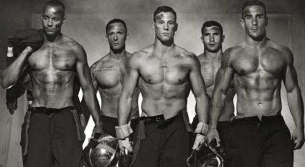 Calendario Pompieri.Seminudi E Sexy Il Calendario Dei Pompieri Che Accende I