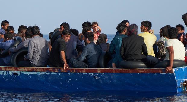 Migranti, Alarm Phone: «Barca con 60 persone in difficoltà a Sud di Malta»