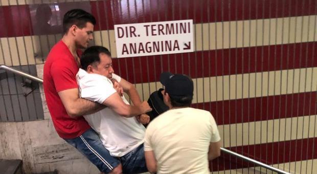 Metro A, scale e ascensori rotti: disabile portato in braccio nella stazione Cipro