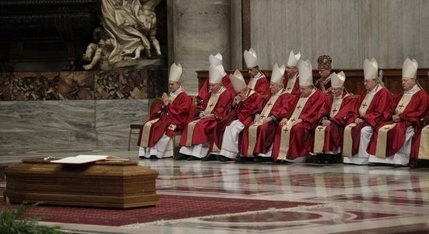 Vaticano, funerali solenni per il cardinale che copriva i pedofili. A San Pietro anche l'ambasciatrice Usa