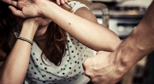 Lei lo lascia, azione punitiva: rapita, picchiata e rasata dall'ex e dalla famiglia