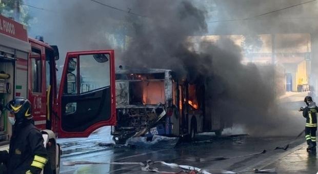 Roma, bus in fiamme in Centro: fumo e paura davanti al Ministero della Marina