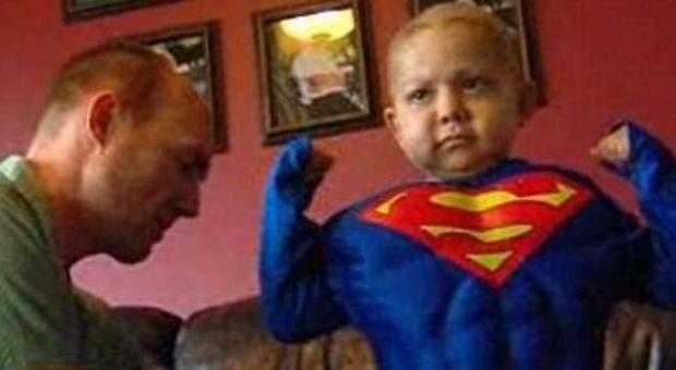 Gli restano due settimane di vita: la città organizza Halloween e il Natale in anticipo per un bimbo di quattro anni