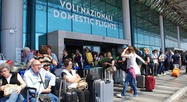 Fiumicino, aeroporto operativo al 50%, riaperto terminal 3. Incendio, oggi informativa alla procura