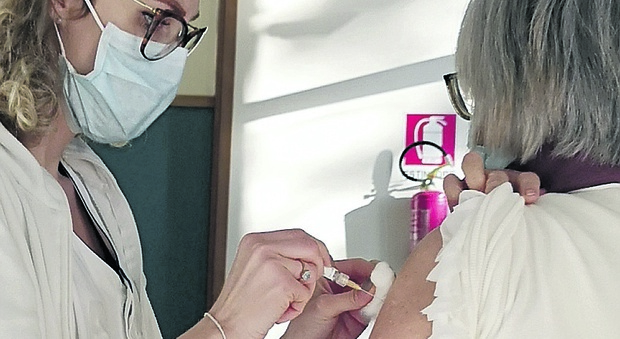 Covid, reazione al vaccino: giovane infermiera ricoverata. Brucchi: «Sta bene»