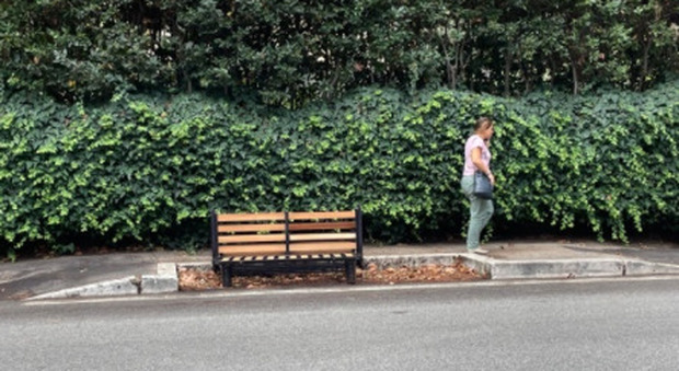 Roma, il divano abbandonato per strada diventa una panchina (e nessuno lo rimuove)