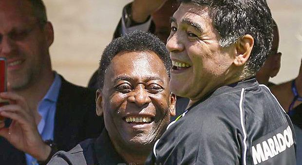 Pelè compie 80 anni, gli auguri di Maradona: «Felice compleanno, Re»