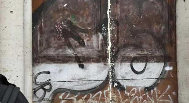 Studenti, atti vandalici al corteo: sfregio al portone del Virgilio, insulti e bombe carta contro la polizia
