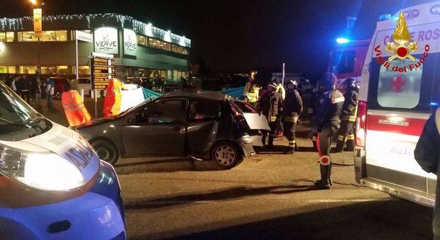 Auto travolta da un camion durante un'inversione: morti tre ragazzi