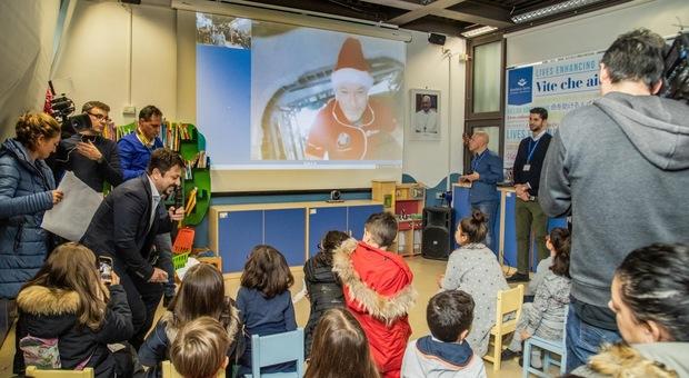 Luca Parmitano in versione astronauta Babbo Natale volante incanta i piccoli ricoverati del Bambino Gesù
