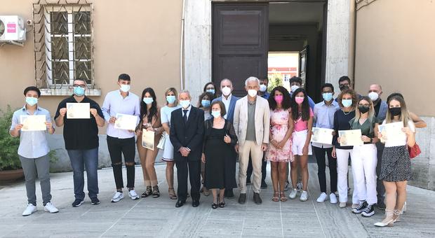 Il sindaco di Latina (al centro) con la famiglia di Manzi e i vincitori della borsa di studio
