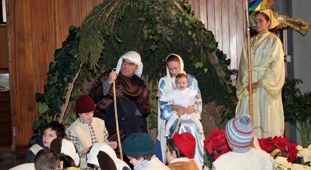 Maestre cancellano la strofa su Gesù per non offendere i musulmani, bimba di 10 anni si ribella