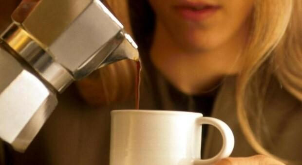 Cellulite, niente effetto drenante dal caffè: va bene in polvere per lo scrub