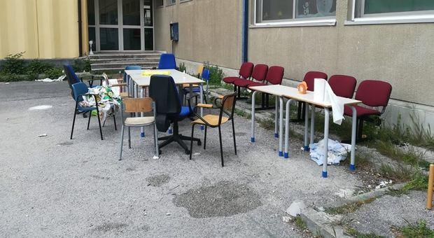 Covid 19 a Napoli, entrano in scuola e fanno grigliata per Pasquetta. Presidente municipio: siete il male di questa città
