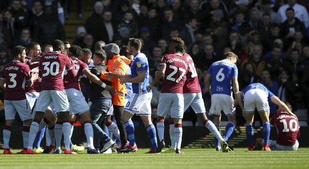 Inghilterra, tifoso in campo aggredisce Grealish dell' Aston Villa: arrestato