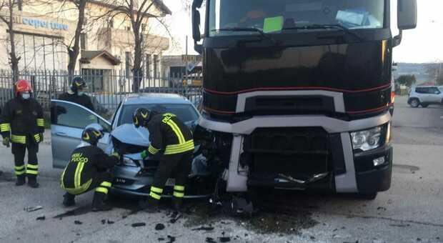 Schianto all'incrocio tra auto e camion: ferito un 55enne