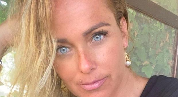 Sonia Bruganelli pubblica la foto di una hater e scatena la bufera: «Perché la faccia me la devo rifare io?»
