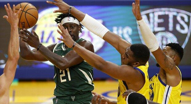 Nba, i Golden State Warriors battono allo scadere i Bucks: il match finisce 122-121