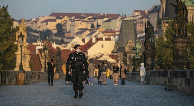 Covid, in Israele imposto lockdown rafforzato. Allerta massima a Parigi e Marsiglia