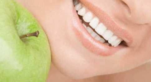 Denti,12 alimenti ad effetto sbiancante