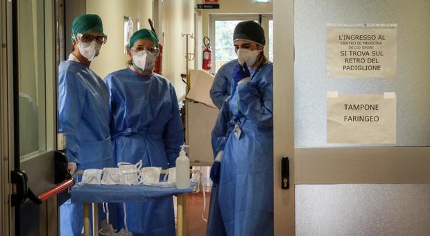 Coronavirus, i malati oncologici: «Cure interrotte e visite rinviate, nessuno in questa tragedia pensa a noi»