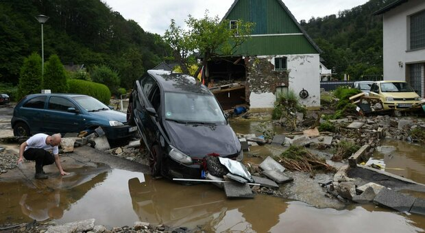 Germania, 45 morti e decine dispersi per le piogge e le inondazioni: case spazzate via. Due pompieri fra le vittime. Merkel: «Una catastrofe»