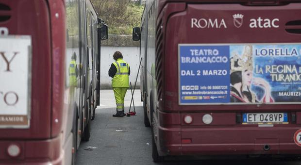 Autobus dell'Atac in attesa di pulizie e sanificazioni