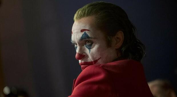 Milano, ragazza di 14 anni si fa tagliare le labbra per somigliare a Joker: denunciato il fidanzatino: «Era una prova di dolore»