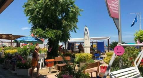 Turista austriaca partorisce in spiaggia il settimo figlio, sorpresa a Cattolica